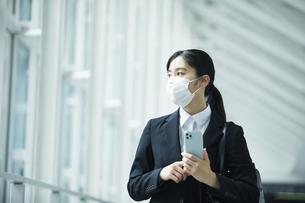 スーツを着てマスクをする若い女性の写真素材 [FYI04592892]
