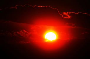 空・雲間から抜け出た夕陽の写真素材 [FYI04592981]
