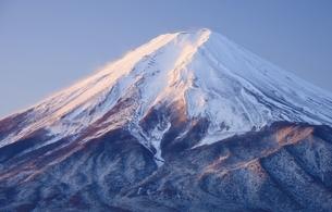 山梨県 新雪の紅富士の写真素材 [FYI04592989]