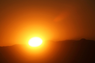 空・静かに沈む夕陽の写真素材 [FYI04592992]