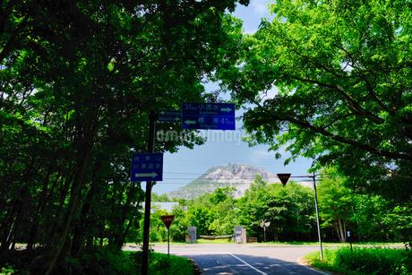 硫黄山が見える風景の写真素材 [FYI04593062]
