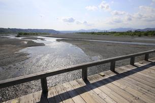 蓬莱橋から見る大井川上流の写真素材 [FYI04593084]