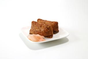 白い皿にのったいなり寿司とガリの写真素材 [FYI04593580]