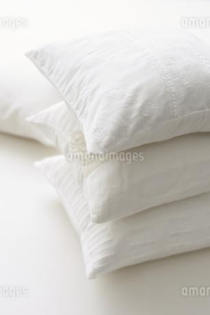 積み重なった白いクッションの写真素材 [FYI04593614]