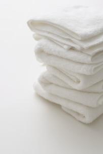積み重なった白いタオルの写真素材 [FYI04593616]