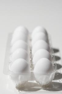 パックに収まった白い卵の写真素材 [FYI04593622]