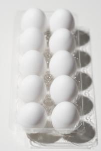 パックに収まった白い卵の写真素材 [FYI04593623]