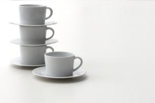 積み重なった白いカップアンドソーサーの写真素材 [FYI04593627]
