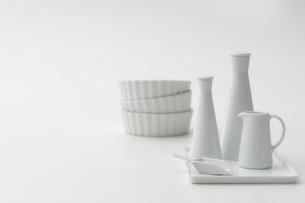 白いボトルとピッチャーと皿の写真素材 [FYI04593629]