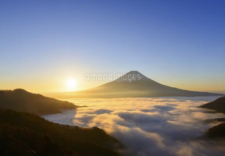 山梨県 雲海と富士山と日の出の写真素材 [FYI04593660]