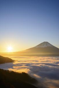 山梨県 雲海と富士山と日の出の写真素材 [FYI04593661]