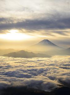 山梨県 雲海に射す朝陽と富士山の写真素材 [FYI04593663]