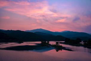 裏磐梯 夜明の秋元湖の写真素材 [FYI04593833]
