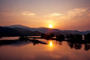 裏磐梯 秋元湖と日の出の写真素材 [FYI04593869]