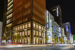 東京都中央区 師走に賑わう夜の銀座の写真素材 [FYI04593962]