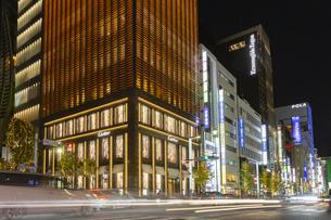 東京都中央区 師走に賑わう夜の銀座の写真素材 [FYI04593963]