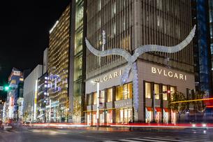 東京都中央区 師走に賑わう夜の銀座の写真素材 [FYI04593964]