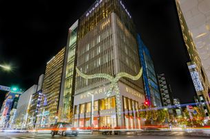 東京都中央区 師走に賑わう夜の銀座の写真素材 [FYI04593966]