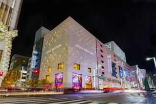 東京都中央区 師走に賑わう夜の銀座の写真素材 [FYI04593967]