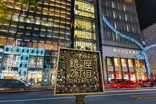 東京都中央区 師走に賑わう夜の銀座の写真素材 [FYI04593970]