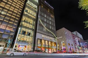 東京都中央区 師走に賑わう夜の銀座の写真素材 [FYI04593971]