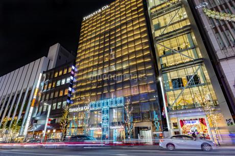 東京都中央区 師走に賑わう夜の銀座の写真素材 [FYI04593972]