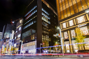 東京都中央区 師走で賑わう夜の銀座の写真素材 [FYI04593973]