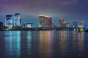 東京都江東区 夜の豊洲ぐるり公園からの豊洲大橋の写真素材 [FYI04594002]