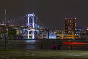東京都江東区 夜の豊洲ぐるり公園からのレインボーブリッジの写真素材 [FYI04594007]