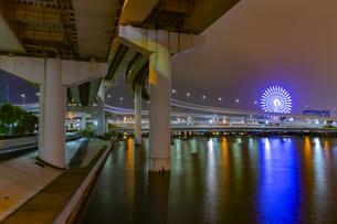 東京都江東区 豊洲からの首都高速 夜景の写真素材 [FYI04594016]