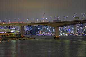 東京都江東区 豊洲からの東京タワー 夜景の写真素材 [FYI04594020]