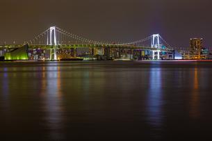 東京都江東区 夜の豊洲ぐるり公園からのレインボーブリッジの写真素材 [FYI04594047]