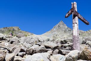 登山道の分岐点にある槍ヶ岳を指し示す案内標識の写真素材 [FYI04594052]