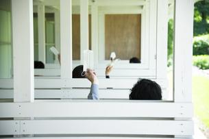 マスクを掲げる男女の写真素材 [FYI04594132]