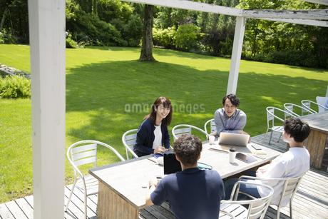 テラス席でミーティングする男女の写真素材 [FYI04594157]
