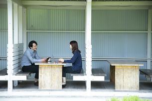 テラス席でミーティングするミドルの男女の写真素材 [FYI04594356]