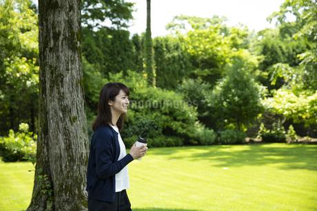 ガーデンでリラックスするミドルの女性の写真素材 [FYI04594422]