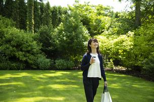 ガーデンを歩くミドルの女性の写真素材 [FYI04594426]