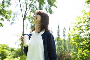 ガーデンを歩くミドルの女性の写真素材 [FYI04594476]