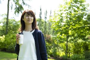 ガーデンを歩くミドルの女性の写真素材 [FYI04594479]