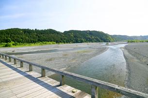 蓬莱橋から見る大井川上流方向の写真素材 [FYI04594742]