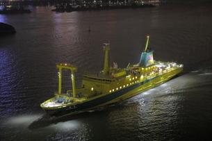 レインボーブリッジから入港する船の夜景の写真素材 [FYI04595164]