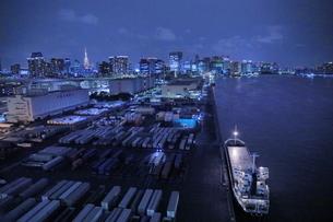 レインボーブリッジから東京港の夜景の写真素材 [FYI04595269]