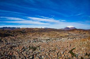 ボリビアの首都ラパスと霊峰イリマニと空の写真素材 [FYI04595306]