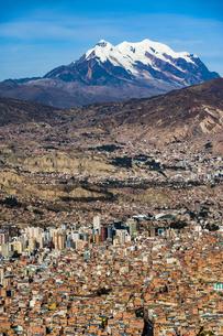 ボリビアの首都ラパスと霊峰イリマニの写真素材 [FYI04595307]