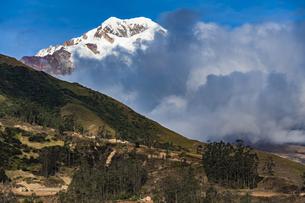 ボリビア・レアル山群の名峰イヤンプーと農村の畑の写真素材 [FYI04595314]