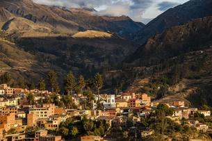 ボリビア・レアル山群の秘境・ソラタ村の中心部の写真素材 [FYI04595316]