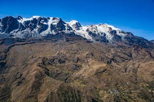 ボリビア・レアル山群の名峰アンコウマと集落の写真素材 [FYI04595324]