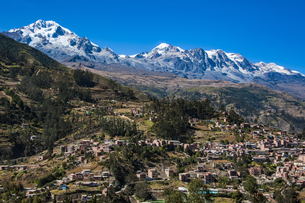 名峰イヤンプー峰とアンコウマ峰、秘境ソラタ村の写真素材 [FYI04595330]