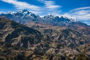 名峰イヤンプー峰とアンコウマ峰、アンデスの秘境ソラタ村の写真素材 [FYI04595346]
